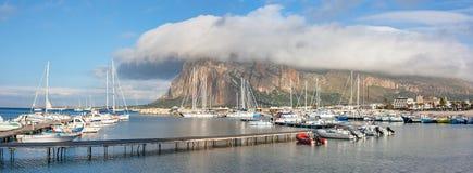 Merkwürdige Wolke über dem Seehafen Stockfotos