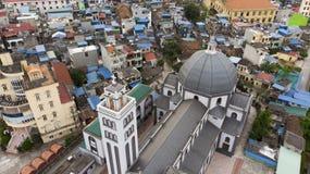 Merkwürdiger Betrachten-Winkel das Panorama der Kirche lizenzfreie stockfotos