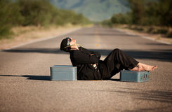 Merkwürdiger eingeborener Mann mitten in einer Straße Stockbild