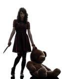Merkwürdiger Mörder der jungen Frau, der blutiges Messerschattenbild hält Stockfotos