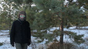 Merkwürdiger Mann in der Sonnenbrille eines Hippies mit Bart gehend in den Wald, den er zur Kamera schaut stock footage