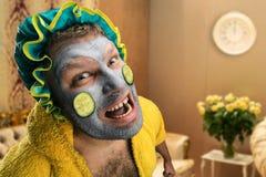 Merkwürdiger Mann mit Gesichtsmaske Stockfotografie