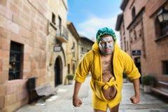 Merkwürdiger Mann mit Gesichtsmaske in der Straße Stockfotos