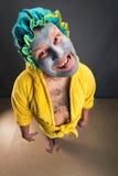 Merkwürdiger Mann mit Gesichtsmaske im Raum Stockbilder