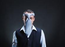 Merkwürdiger Mann mit Krawatte auf seinem Kopf Stockbild