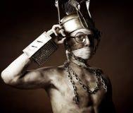 Merkwürdiger Mann mit Potenziometer auf seinem Kopf lizenzfreies stockfoto