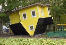 Merkwürdiges hölzernes umgekehrtes Haus in Litauen, Druskininkai Stockbild