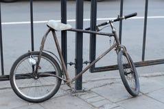Merkwürdiges handgemachtes kundenspezifisches modding Fahrrad auf Moskau-Straße schließt zum Zaun zu Stockbild