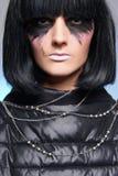 Merkwürdiges Make-up, Punkmädchen mit dem schwarzen Haar Lizenzfreie Stockfotos