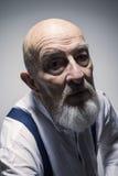 Merkwürdiges schauendes Porträt des älteren Mannes lizenzfreie stockfotos