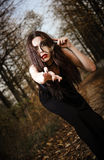 Merkwürdiges goth Mädchen hält Spiegel in der Hand Stockfotos