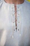 Merlettando sulla camicia piega Fotografia Stock