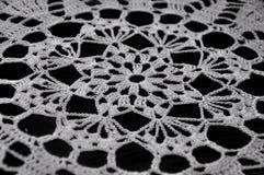 Merletto bianco del Crochet su priorità bassa nera Immagini Stock Libere da Diritti