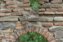 Merli della fortezza dai mattoni bruciacchiati immagine stock