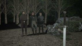 Merlin Ector και βασιλιάς Άρθουρ μπροστά από το θρυλικό ξίφος Excalibur