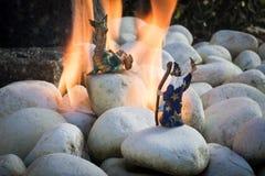 Merlin que faz a mágica do fogo no dragão Foto de Stock