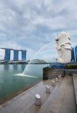 Merlion公园在新加坡有小游艇船坞海湾背景 库存图片
