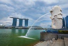 Merlion公园在新加坡有小游艇船坞海湾背景 库存照片