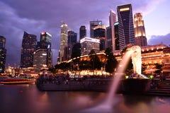 从Merlion公园的新加坡财政区 库存照片