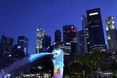Merlion公园,新加坡2012年3月31日:Merlion点燃了与五颜六色的光在晚上 库存图片