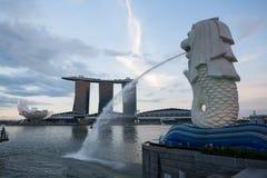 Merlion和小游艇船坞海湾沙子在日落的新加坡 图库摄影