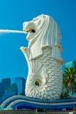 Merlion喷泉和小游艇船坞海湾沙子,新加坡。 库存图片