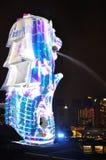 Merlion雕象和小游艇船坞夜场面咆哮自除夕 免版税库存图片