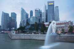 Merlion雕象喷泉和新加坡地平线 库存照片