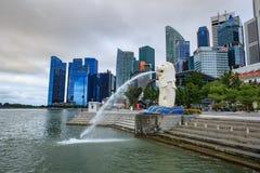 Merlion雕象喷泉在有日出的Merlion公园,新加坡 库存照片