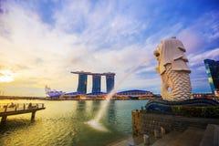 Merlion雕象喷泉在有日出的Merlion公园,新加坡 库存图片