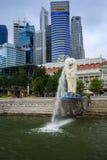 Merlion雕象喷泉在有日出的Merlion公园,新加坡 图库摄影
