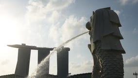 Merlion con Marina Bay Sands Hotel metrajes