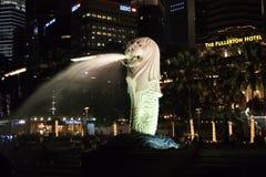 Merlion, een mascotte en een nationale verpersoonlijking van Singapore, nachtscène royalty-vrije stock foto