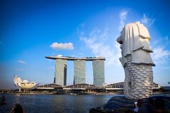 Merlion et baie de marina Photos stock
