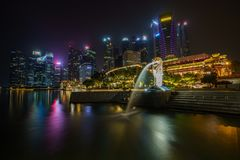 Singapore - october 14, 2018: merlion fountain in front of skyscrapers at marina bay in singapore at night stock photos