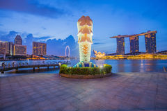 Merlion i buidling w centrum miasta Singapur Fotografia Royalty Free