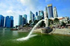 Merlion och Singapore horisont Royaltyfria Bilder