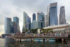 Merlion och Singapore skycrapers Arkivfoton
