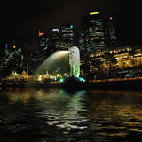 Merlion singapore em a noite Fotografia de Stock Royalty Free