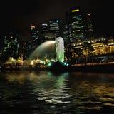 Merlion Singapore entro la notte Fotografia Stock Libera da Diritti