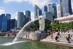 Merlion springbrunn med den Singapore stadshorisonten, Marina Bay Arkivbilder