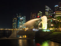 Merlion statue fountain and city skyline at night in singapore Royalty Free Stock Photos