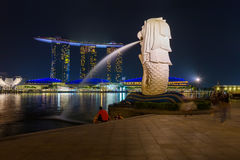 Merlion statue fountain in Singapore - city skyline Royalty Free Stock Photos