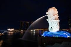 Merlion und Marina Bay Sands in Singapur auf Dämmerung Stockbild