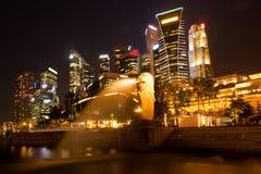 Merlion voor de horizon van Singapore. Stock Fotografie