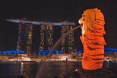 Merlionen med tigerband som förbiser Marina Bay Sands under Singapore iLight 2019 arkivbild