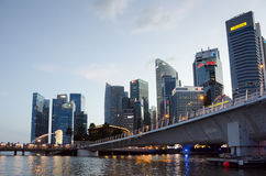 Merlions-Statue bei Marina Bay in der Dämmerung mit den Skylinen von Singapur im Hintergrund Stockfotos