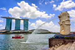 Merlions-Statue bei Merlion Park und Marina Bay Sands lizenzfreie stockbilder