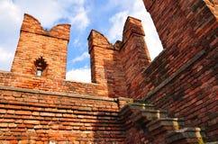 Merlon av den Castelvecchio bron Arkivbilder