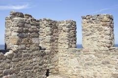 Merlons d'une vieille tour de forteresse Photographie stock libre de droits